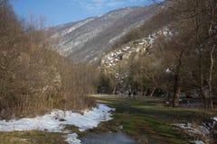 Twee mensen lopen door de vallei, royalty-vrije stock fotografie