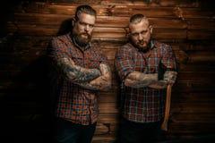 Twee mensen met baarden en tatoegering stock foto's