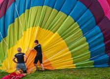 Twee mensen nemen de ballon op stock afbeeldingen