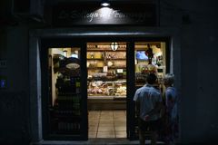 Twee mensen nemen een winkel waar Stock Afbeeldingen