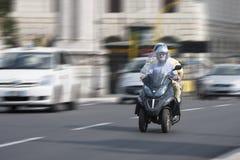 Twee mensen op een autoped met drie wielen van autopedbeverly (panning effect) Royalty-vrije Stock Afbeelding