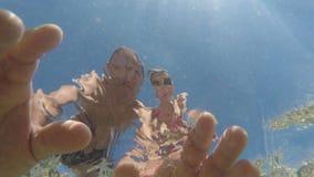 Twee mensen op een kajak in het overzees stock video