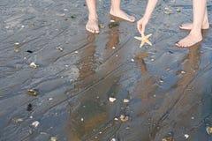 Twee mensen op het strand royalty-vrije stock fotografie