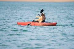 Twee mensen op kayans op het meer royalty-vrije stock afbeeldingen