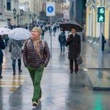 Twee mensen op voetgangersoversteekplaats, één van droevig hen een andere chee Stock Afbeelding