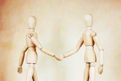 Twee mensen schudden handen aan elkaar Royalty-vrije Stock Afbeeldingen
