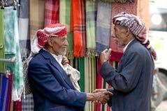 Twee mensen schudden handen bij de markt in Sana'a, Yemen Royalty-vrije Stock Foto's