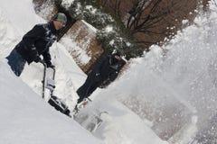 Twee Mensen Snowblowing na een Blizzard Royalty-vrije Stock Foto