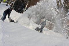 Twee Mensen Snowblowing na een Blizzard Stock Afbeeldingen