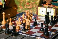 Twee mensen spelen schaak stock foto