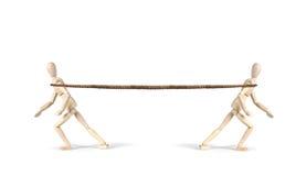 Twee mensen trekken een kabel in verschillende richtingen Touwtrekwedstrijd 2 Stock Foto's