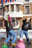 Twee mensen vechten op stadium voor pret, letten de kinderen op de show Stock Foto's