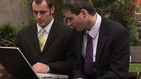 Twee Mensenzakenlieden die als groep werken stock videobeelden