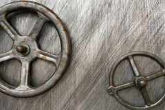 Twee metaalkleppen op een grijze achtergrond, die materiaal sluiten stock afbeeldingen