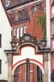 Twee middeleeuwse die huurkazernes riepen Jas i Malgosia, door arcades, Wroclaw, Polen wordt verbonden stock foto
