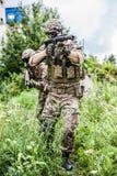 Twee militaire mensensluipschutters met airsoft automatisch geweer Stock Afbeelding
