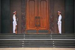 Twee militairen in eenvormig zijn standind wacht voor een gebouw in Hanoï (Vietnam) Royalty-vrije Stock Foto
