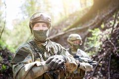 Twee militairen in militaire helm Stock Afbeelding