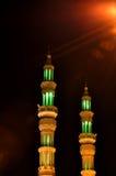 Twee minaretten in de nacht in Verenigde Arabische Emiraten royalty-vrije stock foto