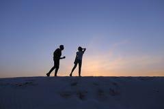 Twee minnaars van hart, kerel en meisjes hebben pret en stellen Th in werking Royalty-vrije Stock Fotografie