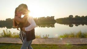 Twee minnaarsdansers bij zonsondergang Latijns en sociaal dansenconcept stock footage