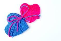 Twee minnaarshart Verbonden door liefde Valentine& x27; s Dag stock foto's