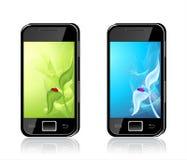 Twee mobiele telefoons met onzelieveheersbeestje op blad Backgrou Stock Foto's