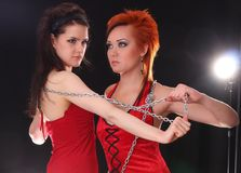 Twee modellen in het kleurrijke plaatsen in de studio Stock Fotografie