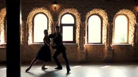 Twee moderne balletdansers die in studio praktizeren stock footage
