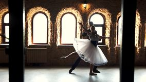 Twee moderne balletdansers die in studio praktizeren stock video