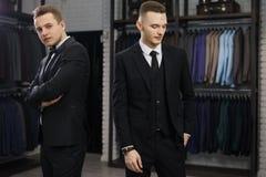 Twee Moderne businessmans Het manierschot van jonge twee bemant in elegant klassiek kostuum Royalty-vrije Stock Fotografie