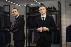 Twee Moderne businessmans Het manierschot van jonge twee bemant in elegant klassiek kostuum Royalty-vrije Stock Afbeelding