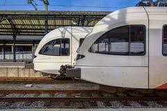Twee moderne lightrail van de passagiersforens treinen die bij een hist wachten Stock Fotografie