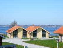 Twee moderne vakantiehuizen in Denemarken royalty-vrije stock afbeelding