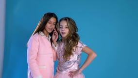 Twee modieus meisjeslach geknuffel stock videobeelden