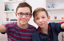 Twee modieuze het glimlachen tienerjaren die selfie nemen royalty-vrije stock fotografie