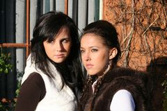 Twee modieuze meisjes stock fotografie