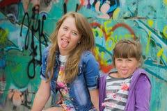 Twee modieuze meisjes Royalty-vrije Stock Fotografie