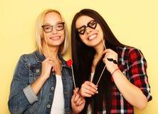 Twee modieuze sexy beste vrienden van hipstermeisjes klaar voor partij Royalty-vrije Stock Foto