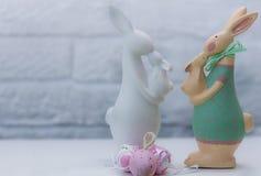 Twee moeder-konijnen met hun jonge geitjes Feestelijke decoratie Gelukkige Pasen Royalty-vrije Stock Fotografie