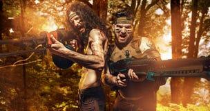 Twee moedige militairen die machinegeweren houden Stock Fotografie