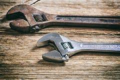 Twee moersleutels op houten achtergrond stock fotografie