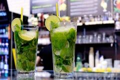 Twee Mojito-cocktails op een barteller Stock Afbeeldingen