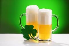 Twee mokken bier Concept voor St Patrick dag stock afbeelding