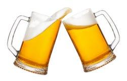 Twee mokken bier met plons stock foto