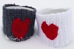 Twee mokken met rode harten Royalty-vrije Stock Afbeeldingen