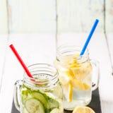 Twee mokken van gegoten detox zijn verfrissende wateren op dieet: met komkommer en citroen Royalty-vrije Stock Afbeeldingen