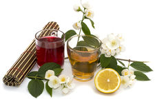 Twee mokken van hete dranken, twee bloemen, stilleven Stock Afbeeldingen