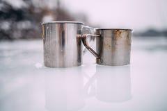 Twee mokkentribune op ijs en nagedacht van het Zachte nadruk royalty-vrije stock afbeeldingen