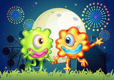 Twee monsters in Carnaval onder heldere fullmoon Stock Foto's